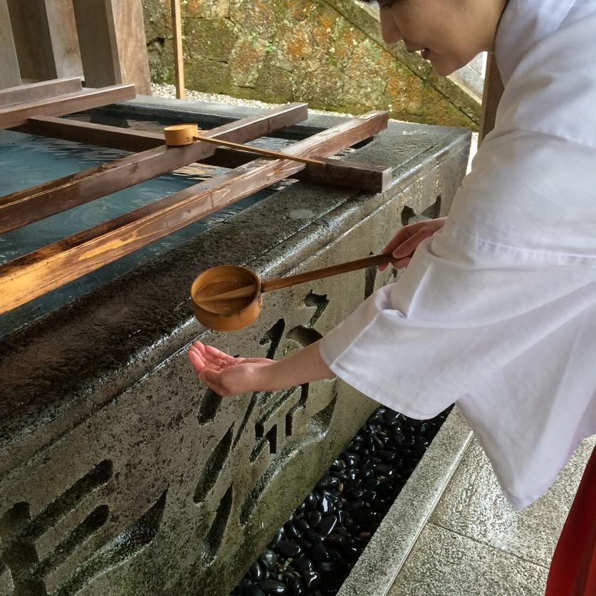 柄杓を再び右手に持ち替えて、綺麗な左手の手の平に凹みを作って、水を注ぎ溜めます。